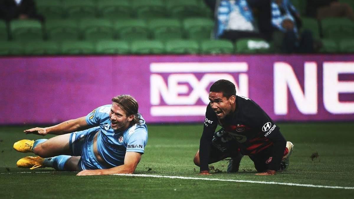 Футболист чудом не забил гол в пустые ворота: видео