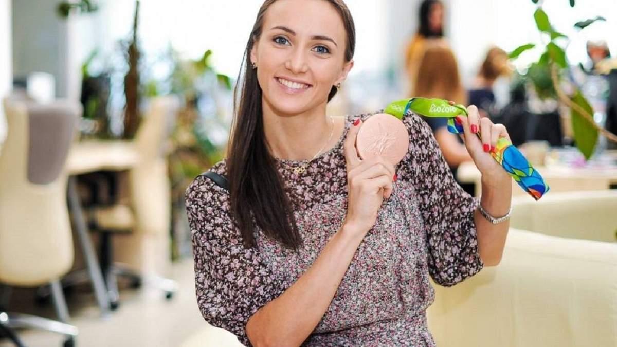 Гімнастка Анна Різатдінова оригінально у шпагаті скуповує продукти: відео