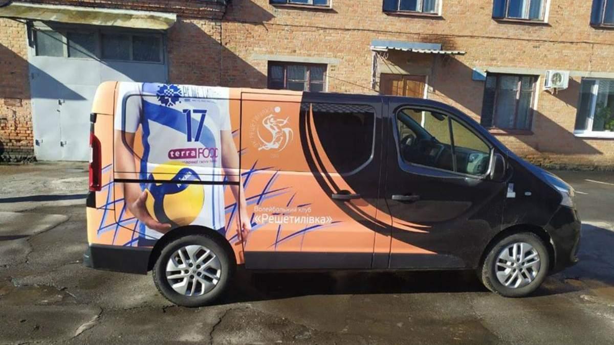 """Волейбольний клуб """"Решетилівка"""" передав клубний автобус лікарні для боротьби з коронавірусом"""