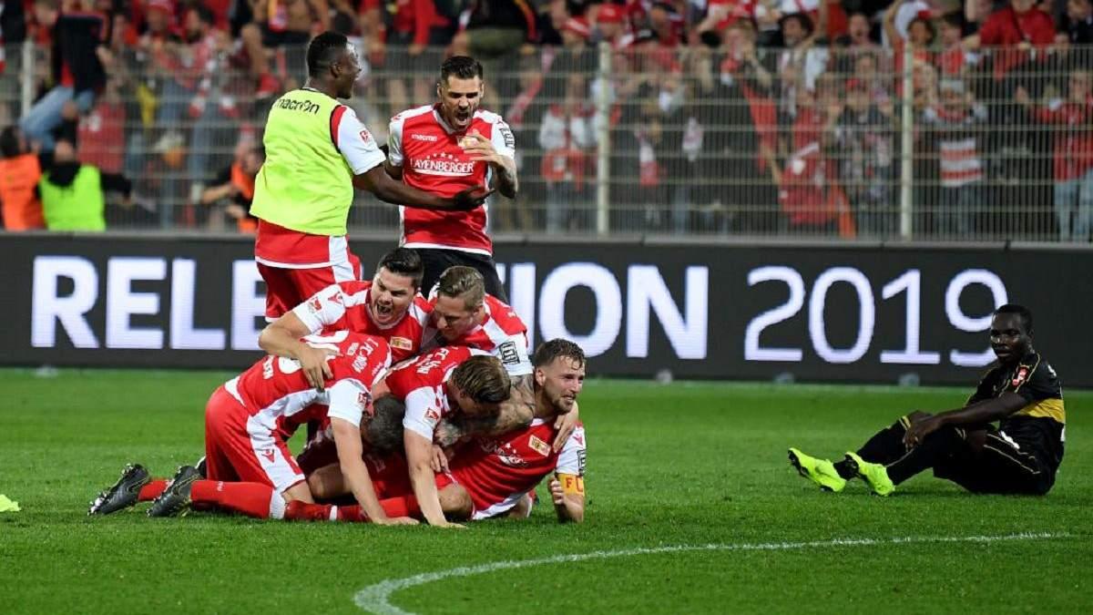 Футболисты немецкого клуба отказались от зарплат, чтобы помочь команде