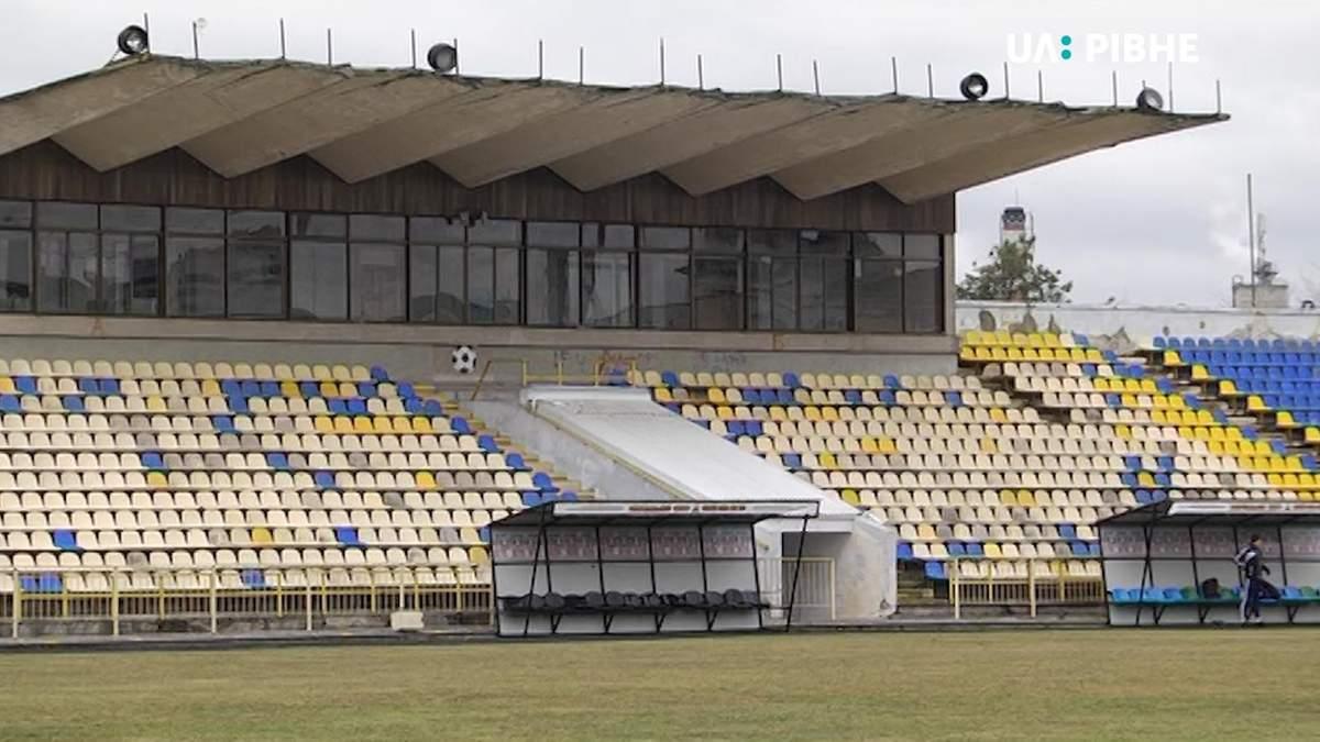 На стадионе украинского клуба обрушилась часть трибуны: фото