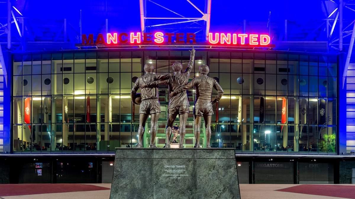 """""""Манчестер Юнайтед"""" підсвітив стадіон на честь медиків, які борються з COVID-19: фото"""
