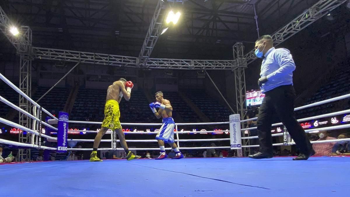 Боксер нокаутировал соперника ударом ниже пояса