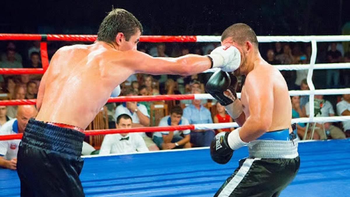 Боксеру набридло битися руками, тому він вирішив вирубити суперника ногою: відео