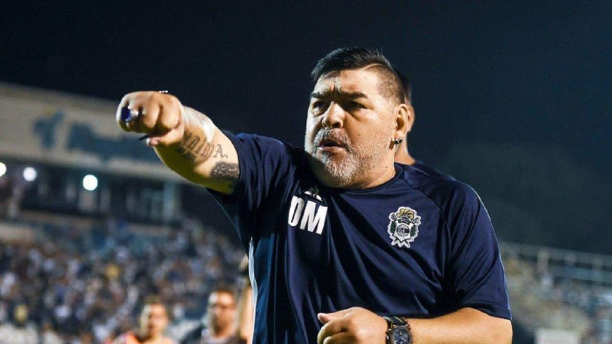Немов поліцейський: одіозний Марадона виїхав на поле з сиренами та ліхтарями – відео