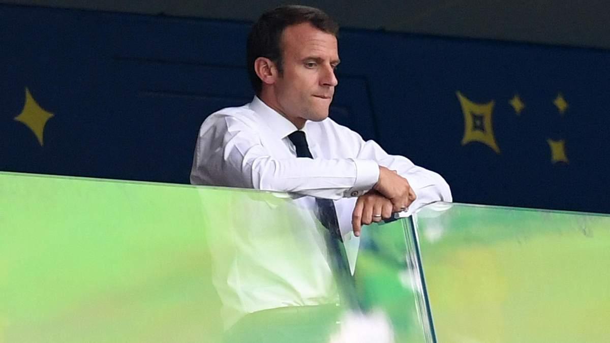 Президент Франції Макрон зацідив м'ячем у голову підлітка: відео