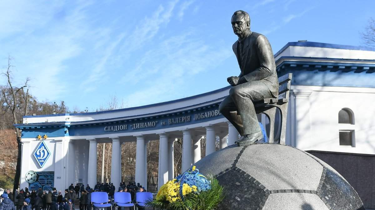 Краще йому це не бачити: ультрас зав'язали пам'ятнику Лобановському очі – фото