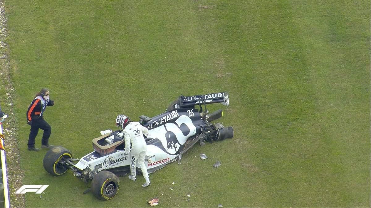 Российский пилот разбил болид во время гонки Формулы-1 и едва не избил оператора: видео