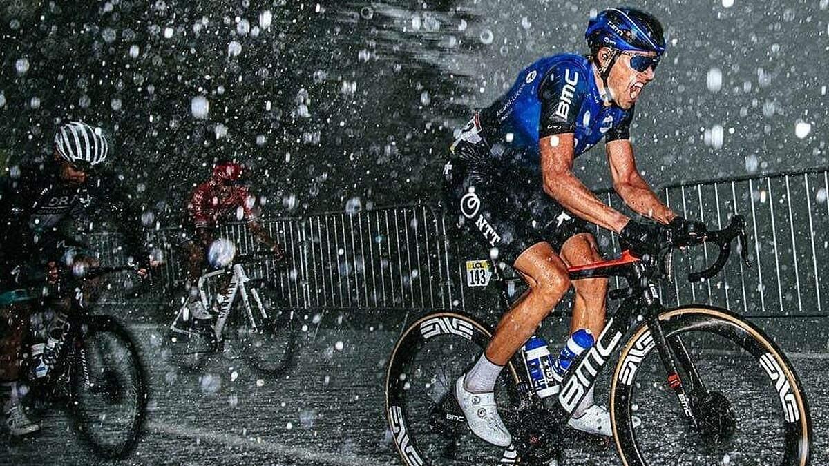 Велогонка во Франции под градом с дождем