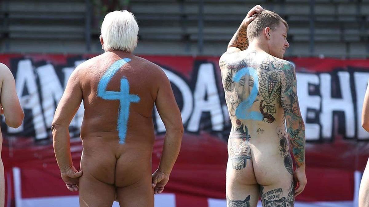 В Германии футбольные команды провели матч голыми