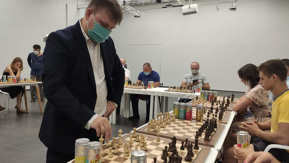 Володимир Баклан дає сеанс одночасної гри