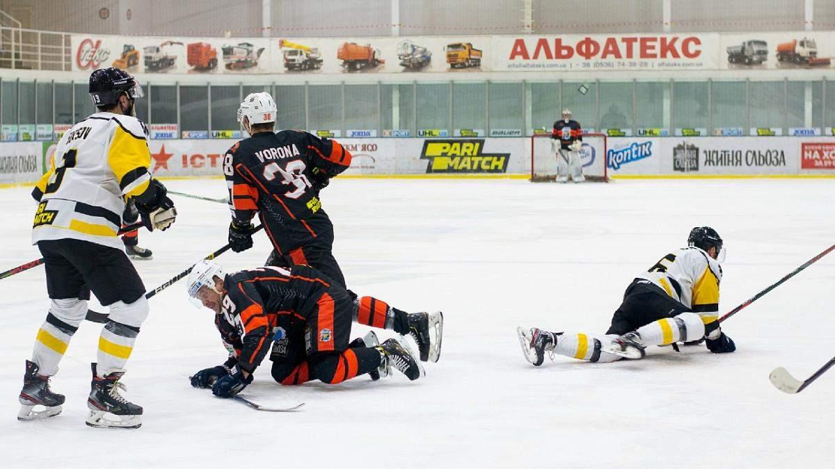 Хоккеисты украинских клубов устроили массовое кулачное побоище на льду: видео драки