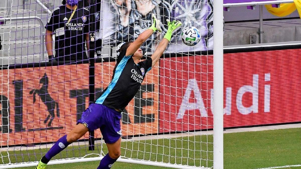Защитник вместо голкипера стал в ворота и в феноменальном прыжке отбил пенальти: видео