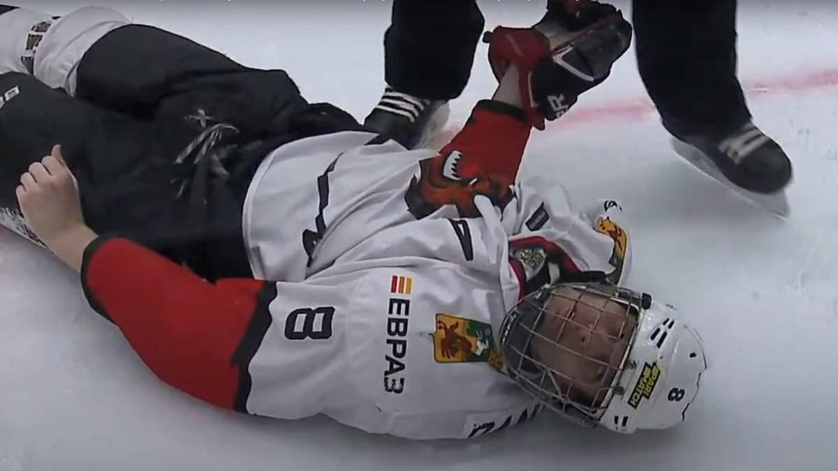 Російський хокеїст вдарив головою об лід суперника, який втратив свідомість: відео