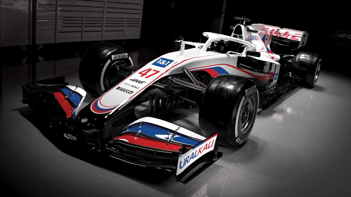 Команда Формулы-1 представила болид с российской символикой несмотря на запрет: фото