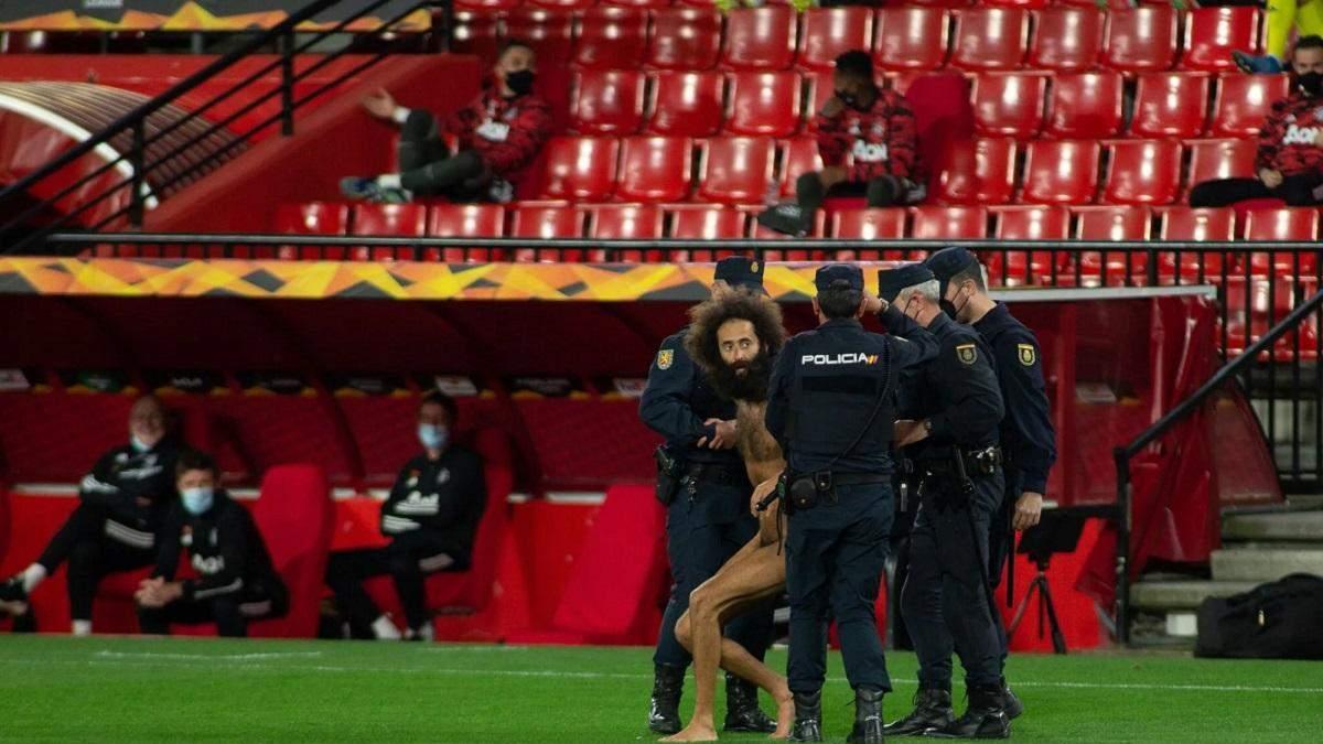Голый мужчина выбежал на поле и прервал матч без зрителей в Лиге Европы: видео
