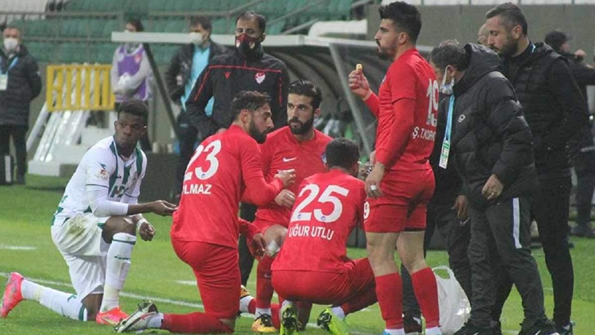 В Турции арбитр остановил матч, чтобы футболисты поели – видео