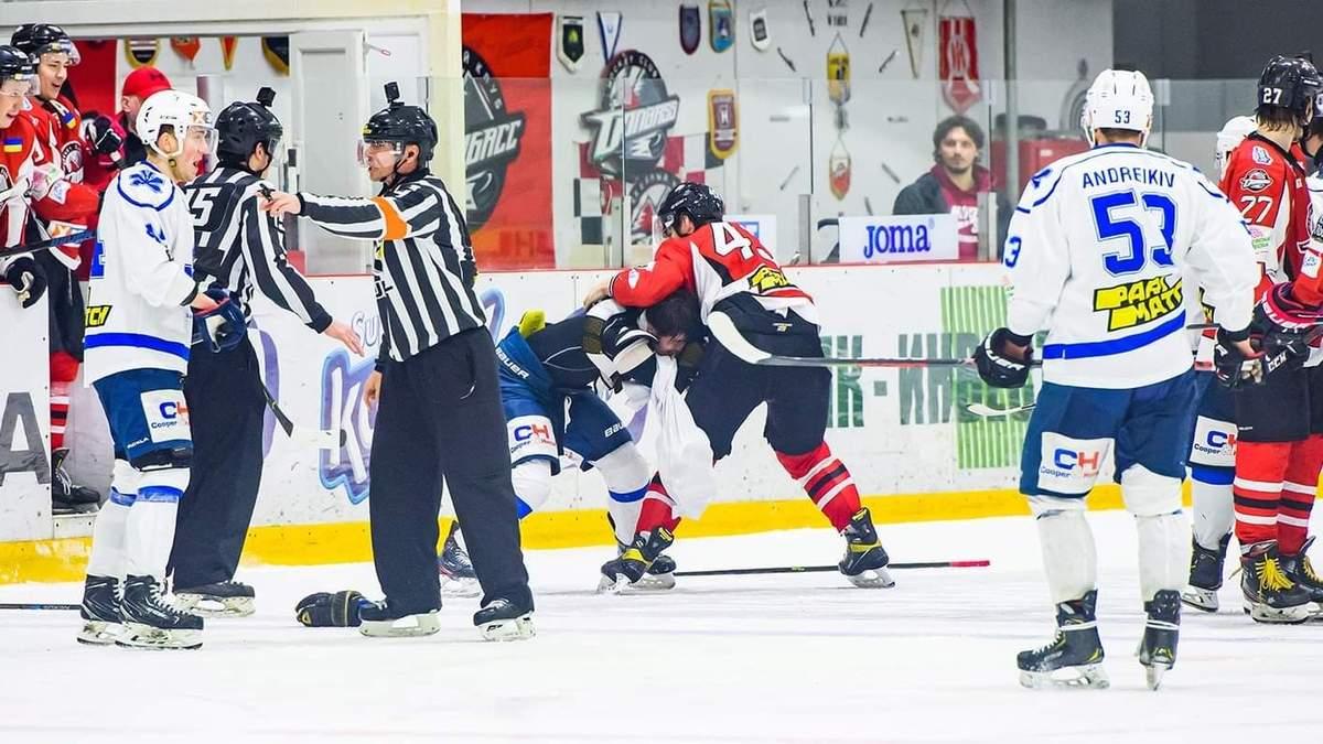 Хокеїсти Донбасу та Сокола влаштували бійку під час матчу фіналу: відео