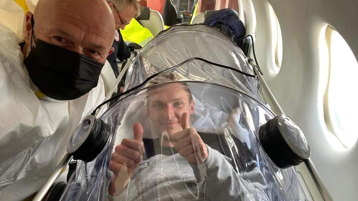 Датский спортсмен улетел из Киева частным самолетом в защитной капсуле из-за коронавируса: фото