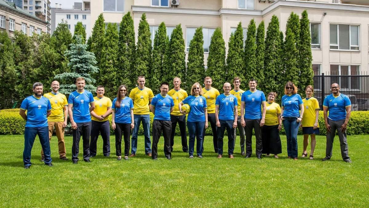 Працівники Посольства США в Україні у формі збірної України