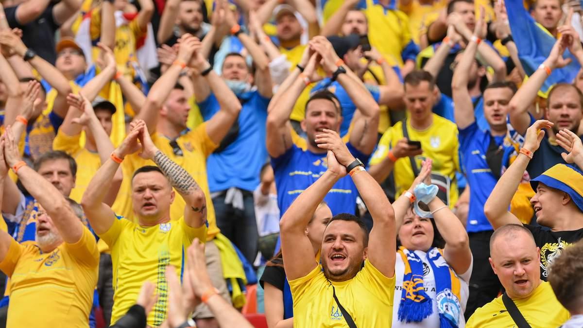 Фанаты спели гимн Украины и Червоною руту в самолете в Бухарест: видео