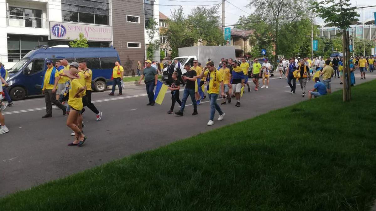 Фаны Украины снова зажгли в Бухаресте: организовали огромную патриотическую колонну – видео