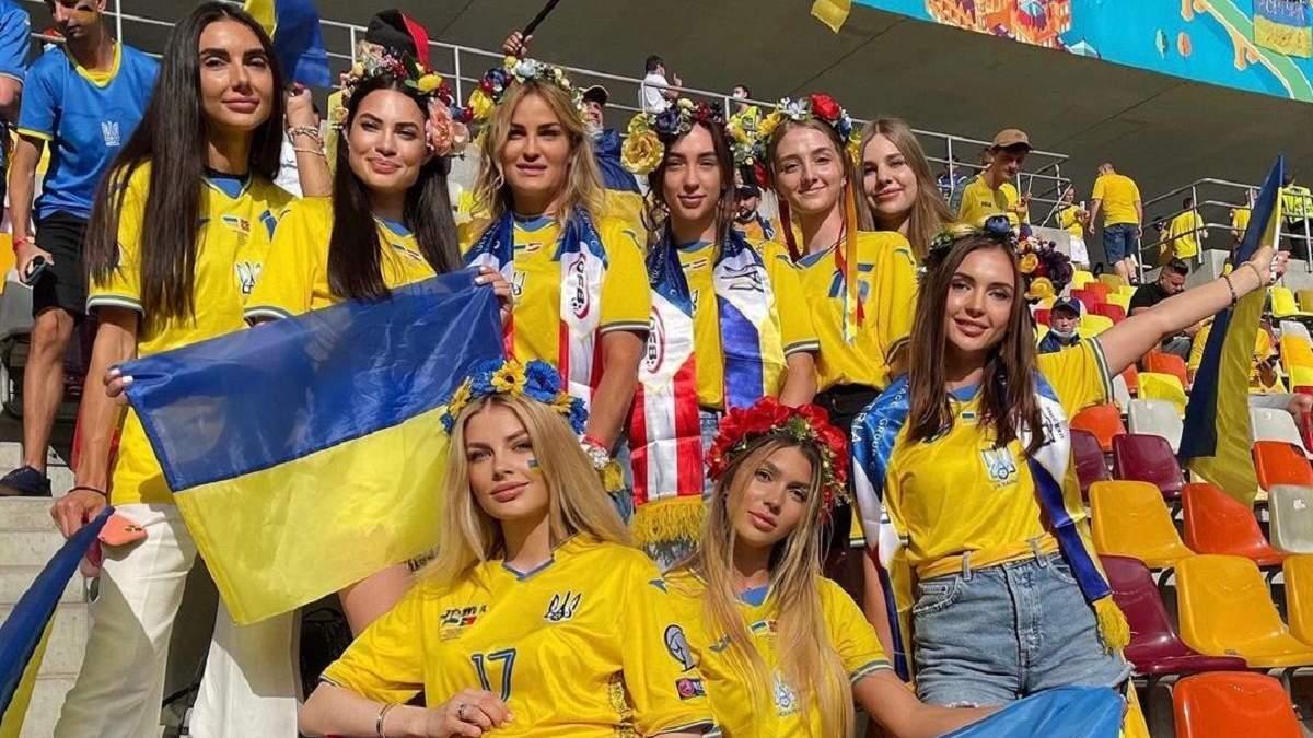 Жены игроков сборной Украины покрасовались на стадионе в Бухаресте