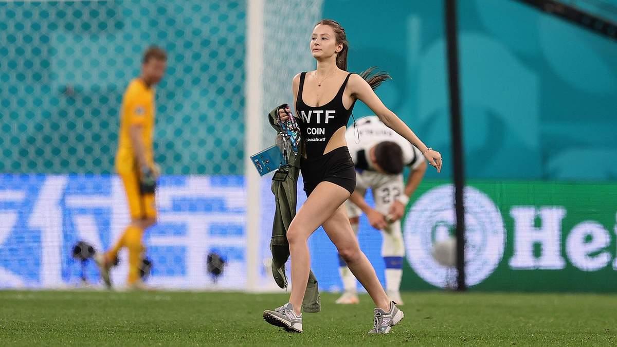 Оголена вболівальниця в Росії мало не зірвала матч Євро-2020, вибігши на поле: фото