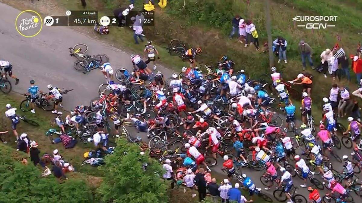 """На """"Тур де Франс"""" произошло массовое падение велосипедистов из-за болельщика с плакатом: видео"""