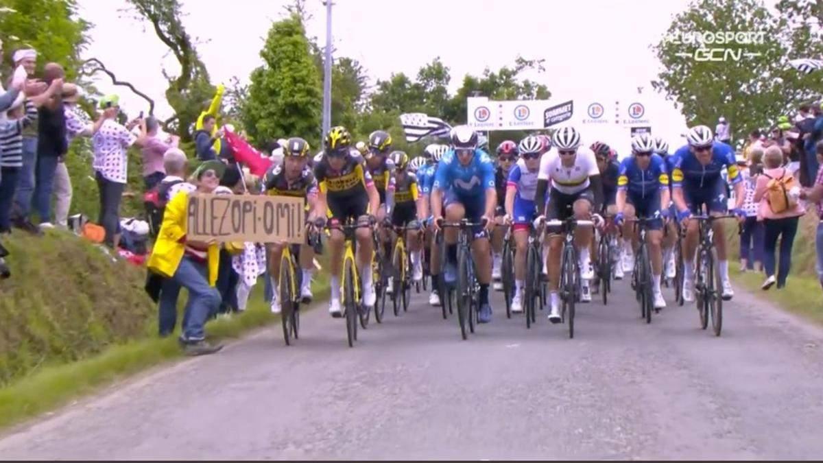"""Поліція розшукує жінку, через яку сталося масове падіння велосипедистів на """"Тур де Франс"""": відео"""