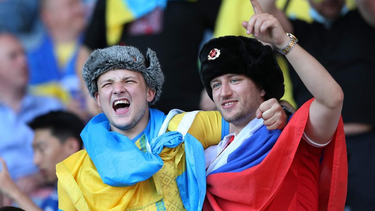 Российский фанат с триколором появился на трибуне Украины - фото