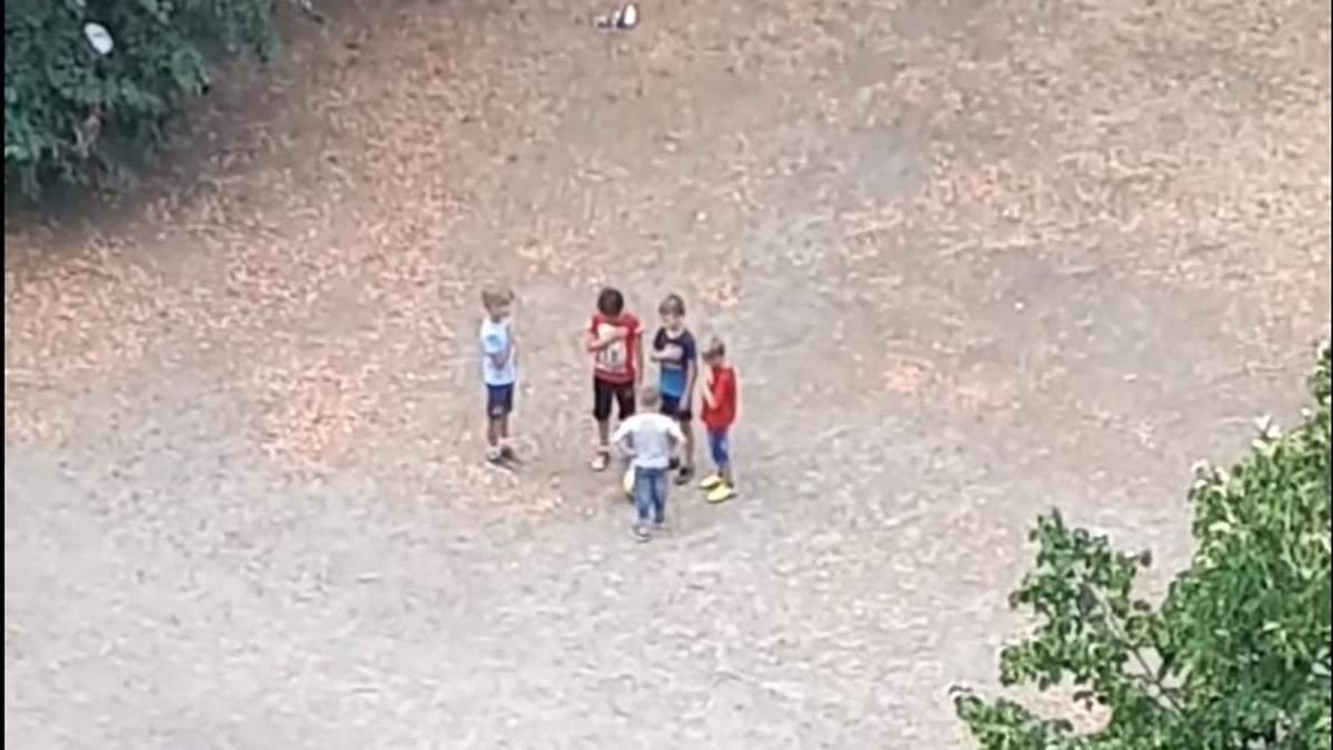 Маленькі футболісти з Троєщини, які співали гімн, отримали в подарунок м'ячі