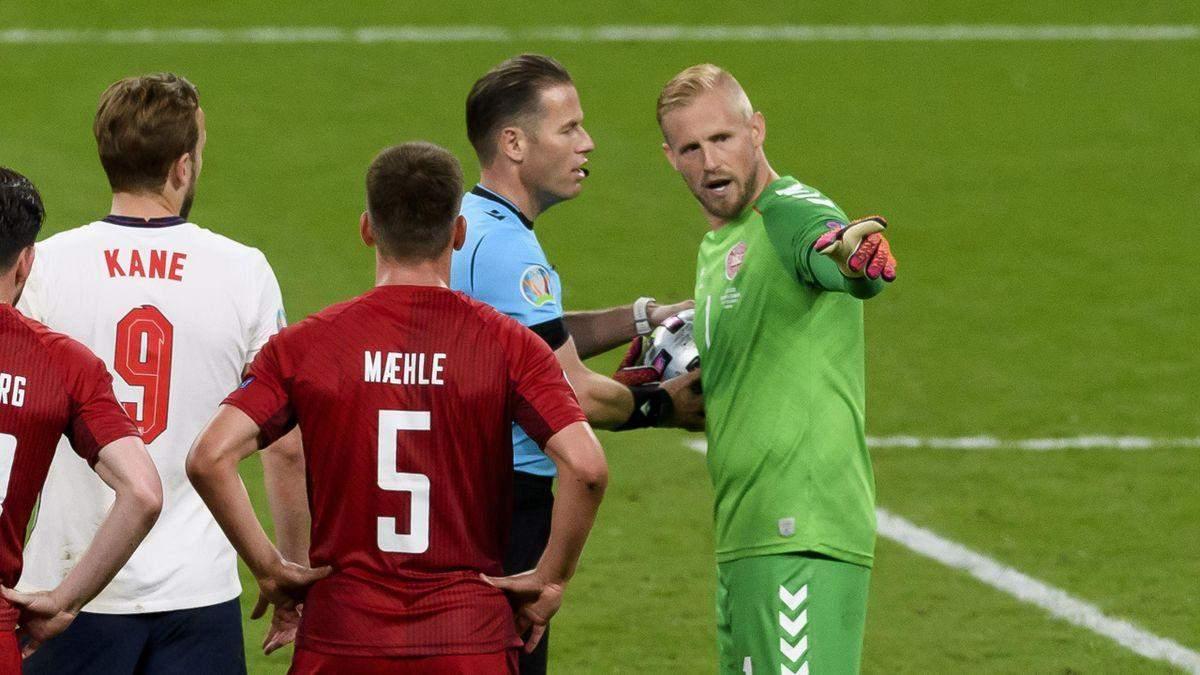 Голкипер Дании указывал арбитру на выходку фаната Англии