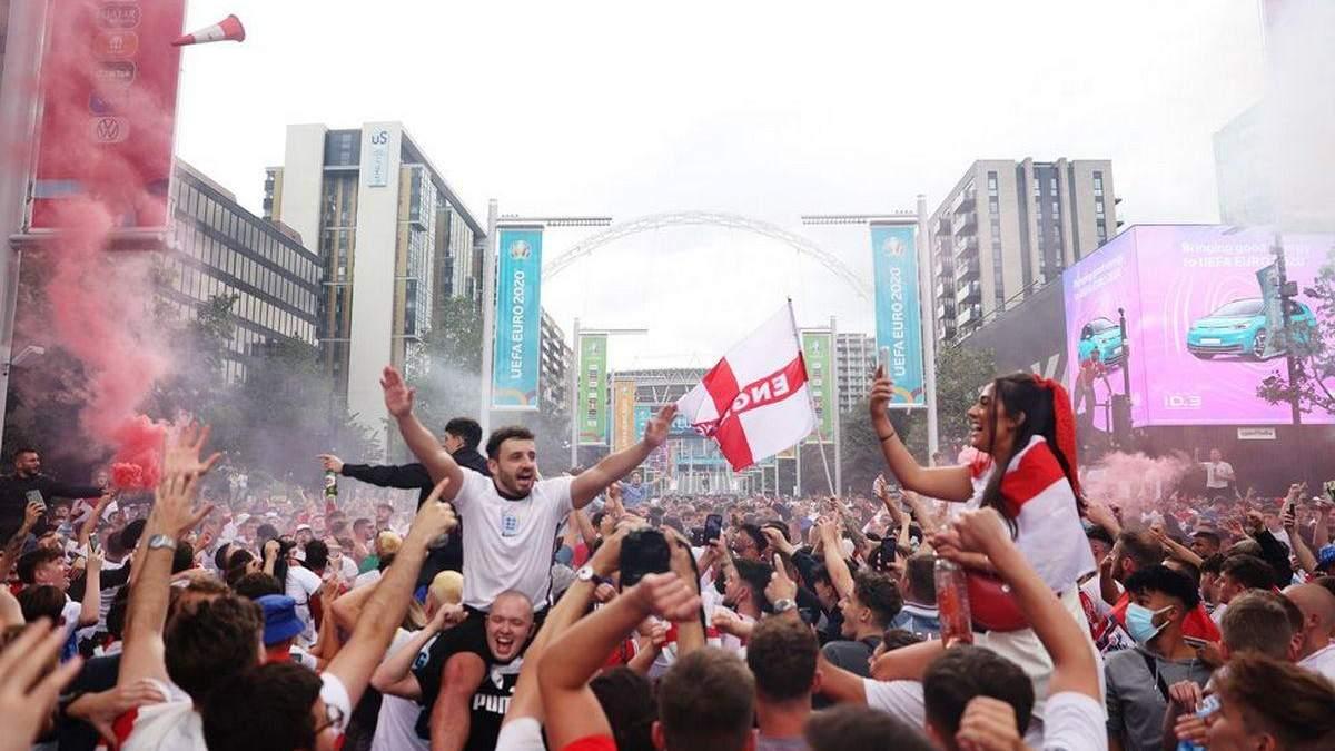 Фанати Євро-2020 влаштували веселощі в Лондоні – вражаючі фото