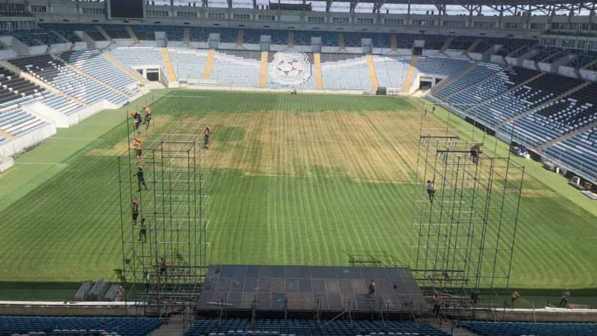 """Газон стадиона """"Черноморец"""" в Одессе в ужасном состоянии после концертов: фото"""