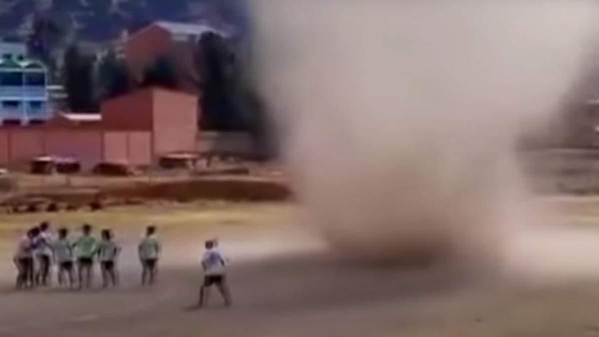 Торнадо прервал футбольный матч в Боливии: видео