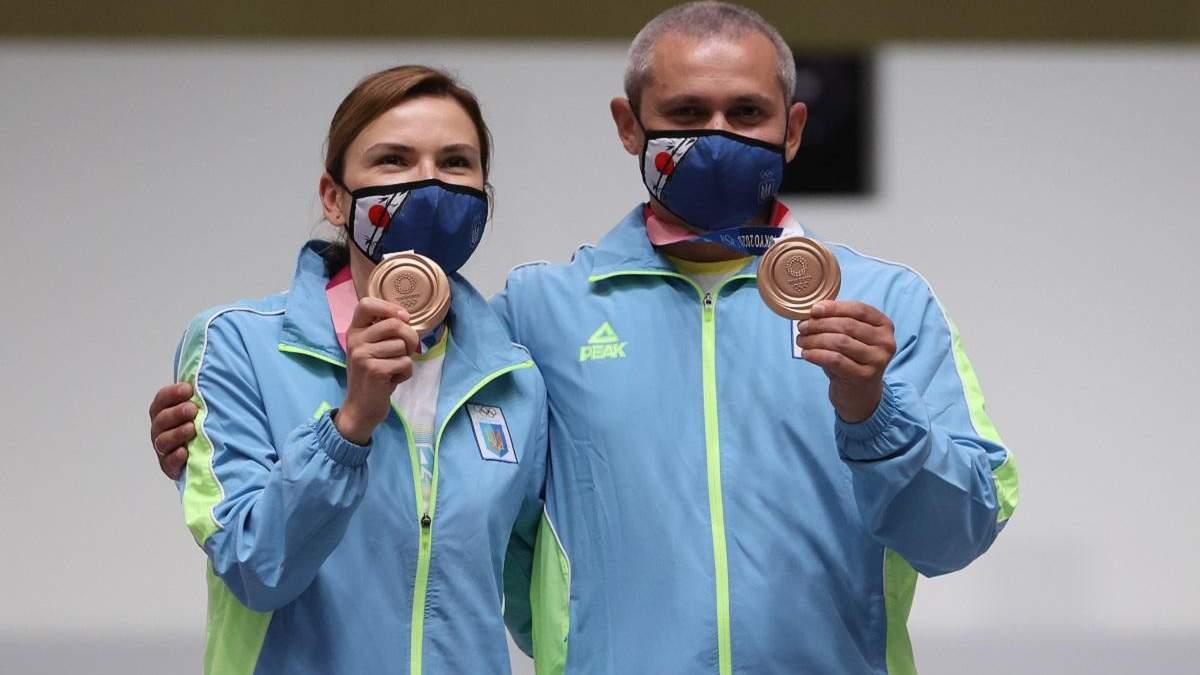 Награждение Костевич и Омельчука на Олимпиаде-2020 – фото