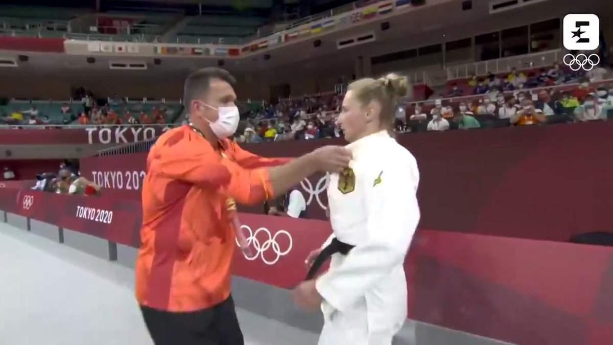Тренер надавал пощечин дзюдоистке перед ее выступлением на Олимпиаде: видео