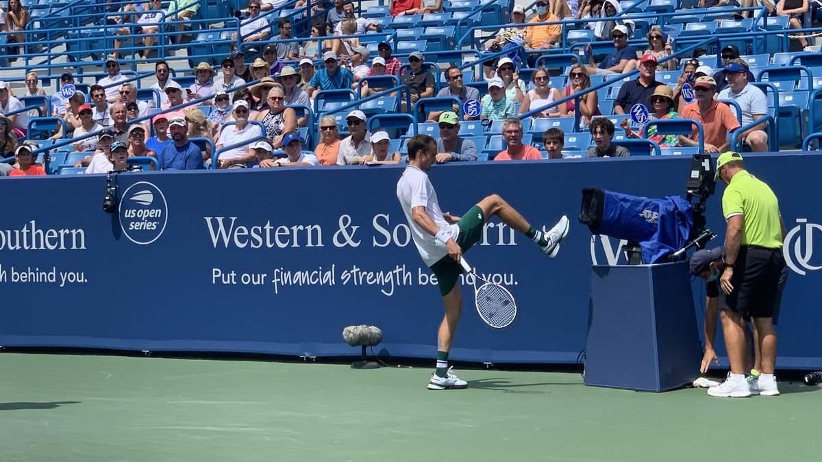 Російський тенісист пнув ногою камеру, яку перед тим завалив під час матчу: відео - Новини спорту - Спорт 24