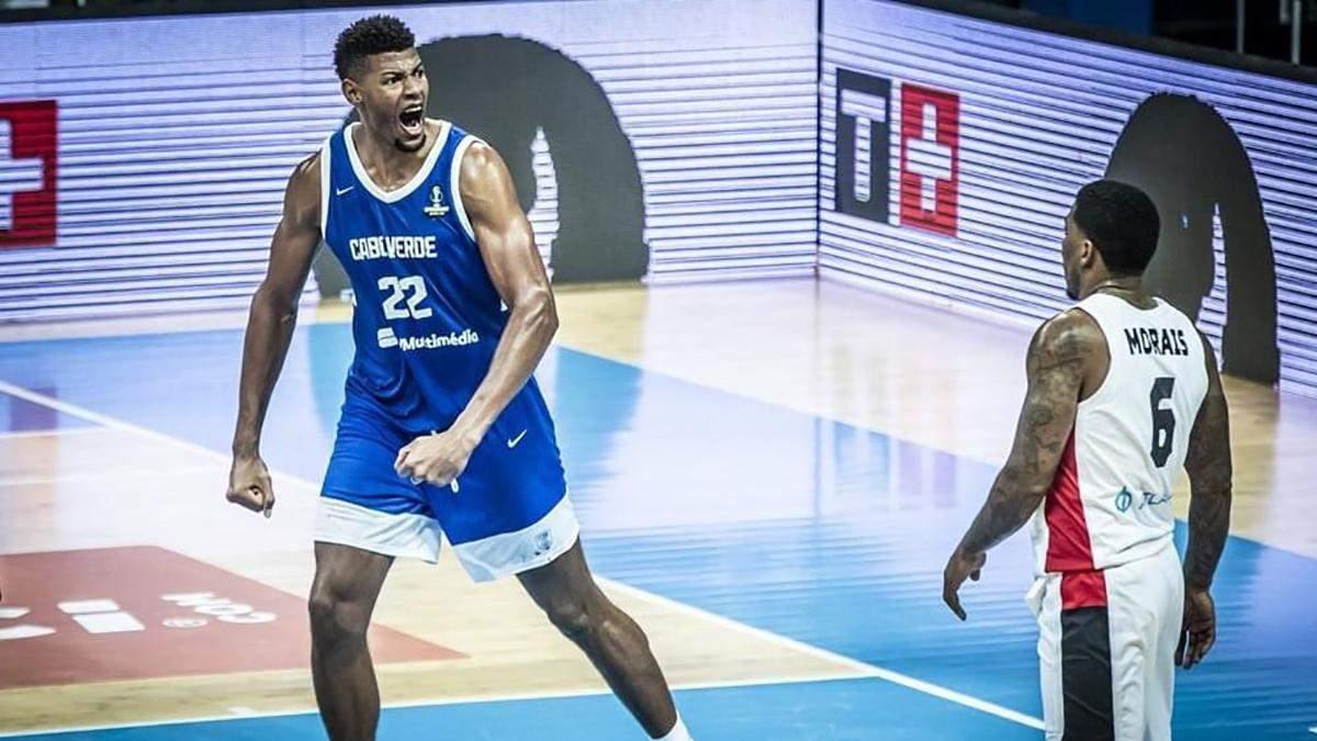 120-кілограмовий баскетболіст зламав щит під час матчу, зависнувши на ньому: відео - Новини спорту - Спорт 24