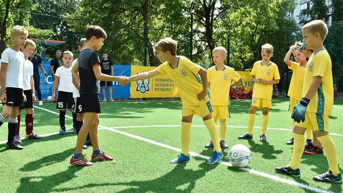 Для хлопчаків з Троєщини, які співали гімн перед матчем, побудували нове футбольне поле: фото - Спорт 24