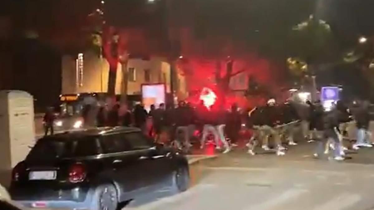 Фанати Інтера та Фіорентини влаштували жорстоку бійку посеред вулиці: відео - Спорт 24