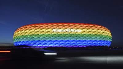 У Німеччині підсвітили стадіони кольорами ЛГБТ після заборони УЄФА: неймовірне відео