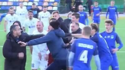 Масова бійня: матч Другої ліги не дограли через побоїще фанатів на полі – відео