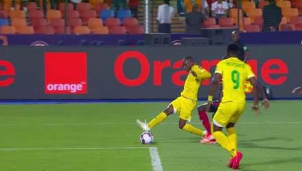 Під час матчу Кубку Африки м'яч відмовився залітати у ворота: курйозне відео