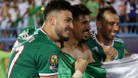 Футболіст Алжиру схопив суперника за руку й вдарив себе по обличчі: кумедне відео