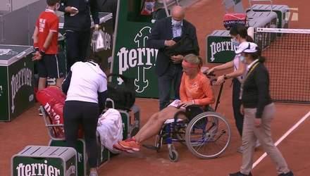 Теннисистка покинула корт в инвалидной коляске – соперница обвинила ее в симуляции: видео
