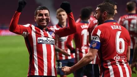 Атлетико победило Севилью, оставшись уверенным лидером Ла Лиги: видео