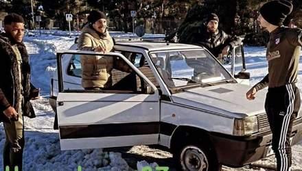 Звезды без комплексов: игроки Атлетико приехали на тренировку на автомобиле 80-х годов – видео