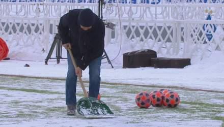"""Як Луческу прибирав сніг на стадіоні """"Динамо"""" перед матчем проти Олімпіка: відео"""